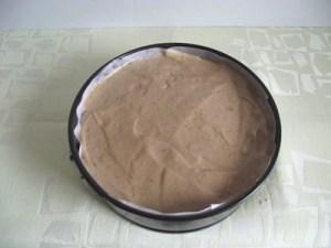 Diótorta tésztája a tortaformában