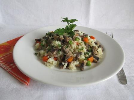 Gombás zöldséges rizs tányéron