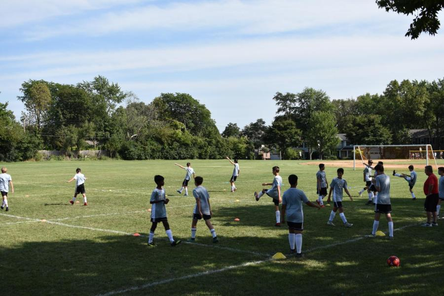 The+boys%27+soccer+teams+start+out+their+practices+with+a+dynamic+warm-up.