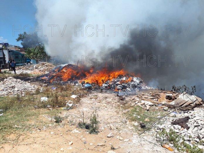 Trabajadores de taller intentan apagar enorme incendio en zacatera capitalina