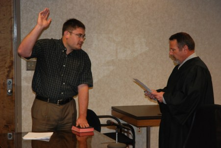 Judge Ted McEntire swears in Bill Aceto. Photo by Jesse Wood