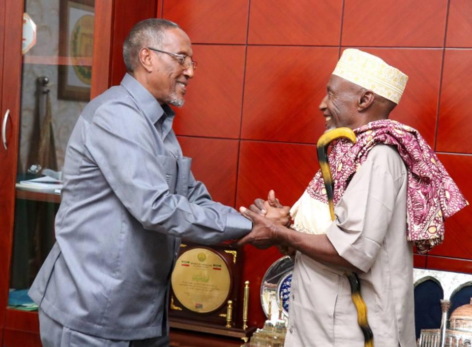 Madaxweynaha Somaliland Oo Qaabiley Aabaha Dhalay Saddexdii Wiil Ee Lagu Dilay Ceeryaan,