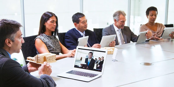 videoconferenza-meeting-sala-persona-computer