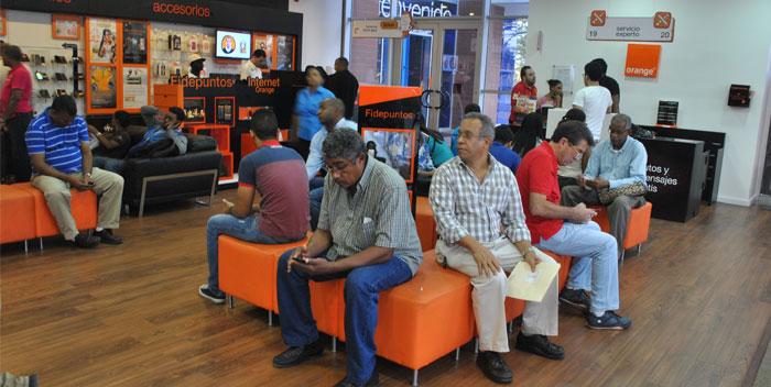 clientes-en-tienda-orange