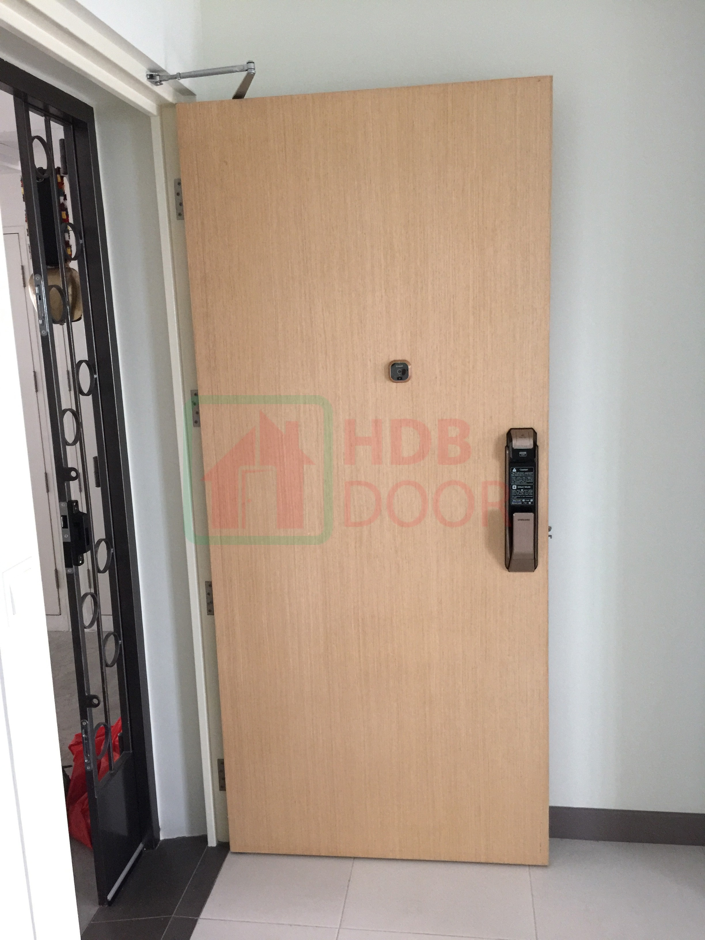 single leave fire rated veneer door with digital door lock samsung p718/p910 gold and door closer