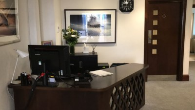 first-class-lounge-city-airport-jet-centre-desk