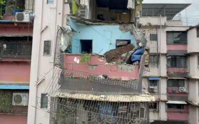 म्हात्रेवाड़ी क्षेत्र में त्रिभुवन ज्योत इमारत के खुली छत का एक हिस्सा निचली बालकनी पर गिरा