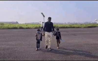 पालघर के एक युवक ने बच्चों को हेलिकॉप्टर से कराई आसमान की सैर,आकाश से अपना गांव और घर देखकर चहक उठे गरीब बच्चे
