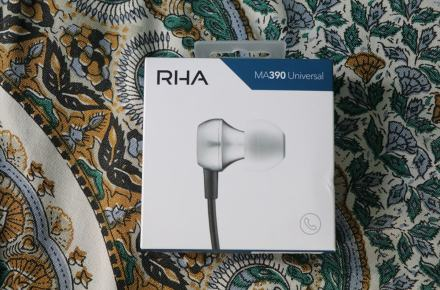 RHA MA390u: The front of the box