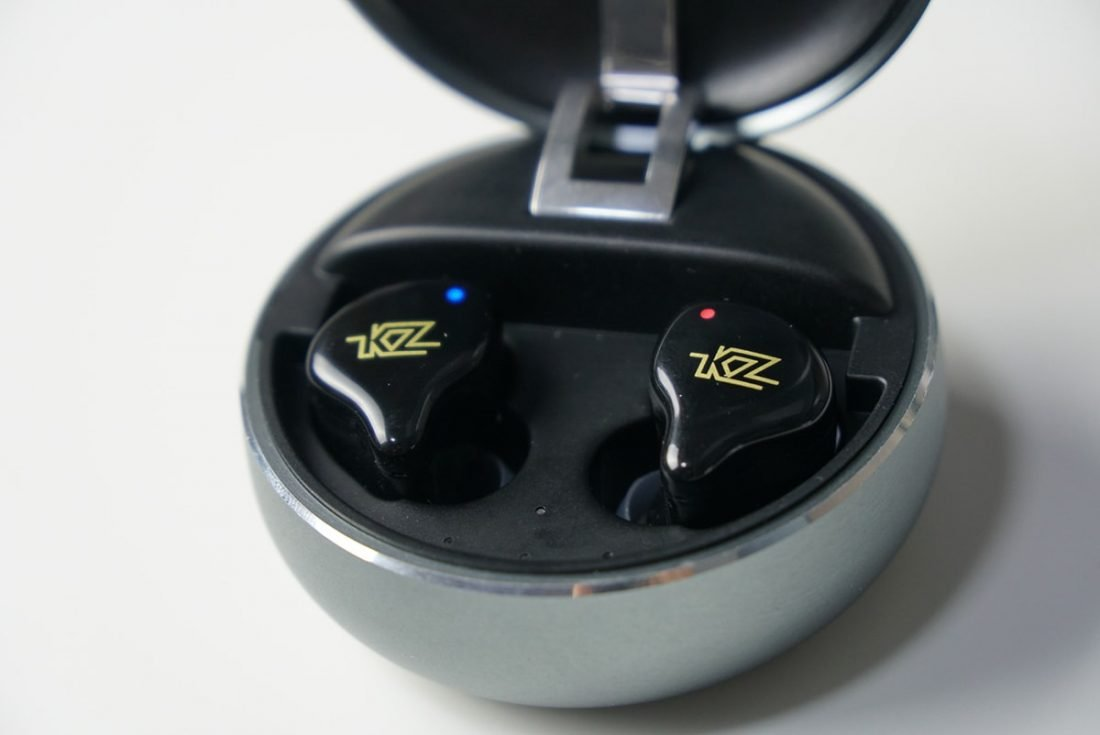 Light indicators on the earbuds