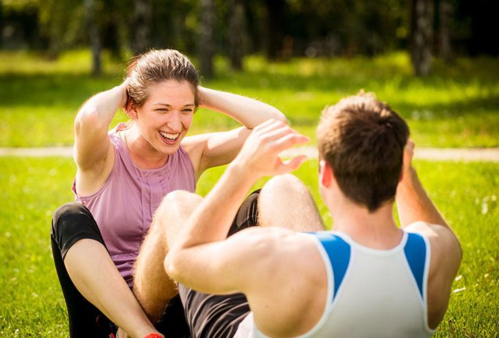 Pareja hace ejercicio en parque
