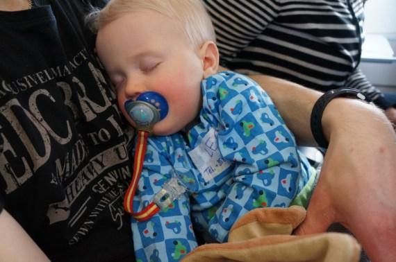 Leo nukahti heti koneen lähtiessä liikkeelle, ihana tasainen humina... :)