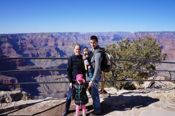Meidän perhe Grand Canyonilla.