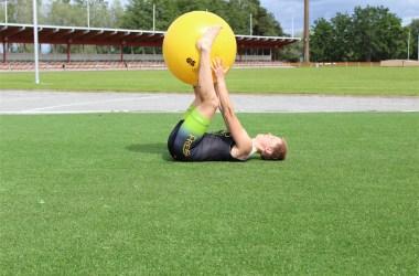 Pallon vaihto käsistä jalkoihin