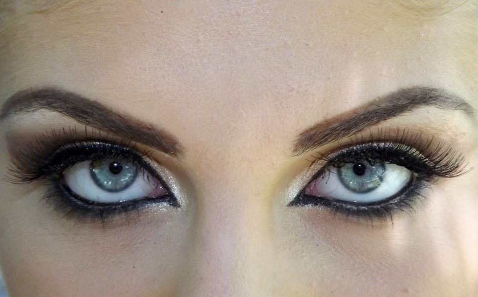 How Daily Applying Of Eye Makeup Can Lead To Vision Damage?