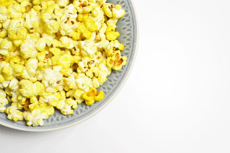 Licht gezoute popcorn met kurkuma