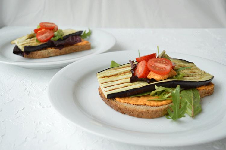Geroosterd brood met pikante hummus en aubergine