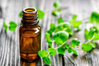 Traditional medicines, mint oil Copyright: <a href='https://www.123rf.com/profile_yelenayemchuk'>yelenayemchuk / 123RF Stock Photo</a>