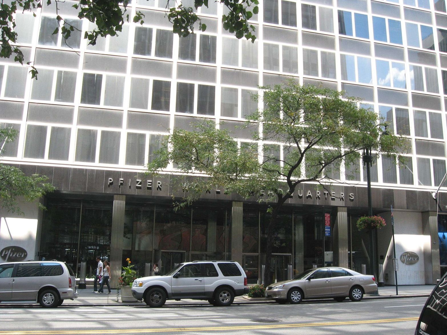 Pfizer world headquarters in New York City, USA. Pfizer is one of two COVID vaccine candidate manufacturers to request emergency use authorisation in India. Image credit: Jim.henderson, Public domain, via Wikimedia Commons