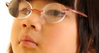Chica que usa gafas para la miopía