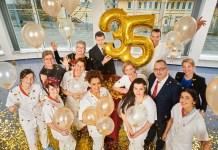 Feiern die 35-Stunden-Woche: Die Mitarbeiterinnen und Mitarbeiter der Abteilung stationäre Pflege an den Rotkreuz-Kliniken Frankfurt.