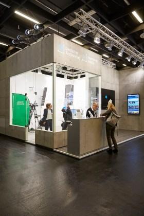 Im gläsernen Multimedia-Studio am IDS-Stand des Deutschen Ärzteverlags werden täglich verschiedene Videoclips aufgezeichnet.