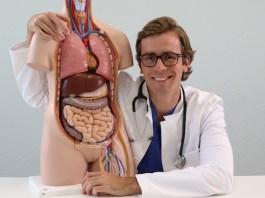 Dr. med. Johannes Wimmer ist Arzt an einem Berliner Krankenhaus, Autor, YouTuber und TV-Arzt. Auf Health Relations berichtet er über die Medizin von morgen.
