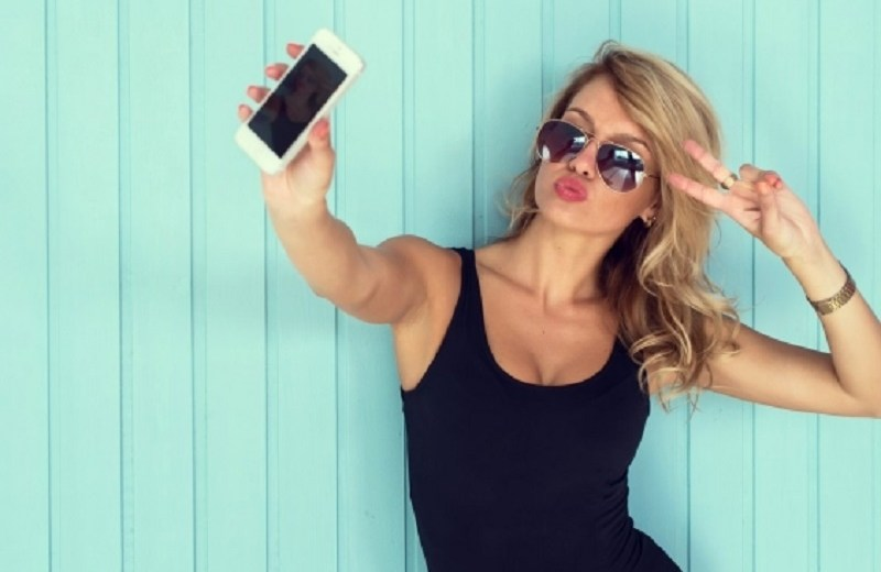 Women Take Sexy Selfies To Compete With Others In Economically Unequal Environments