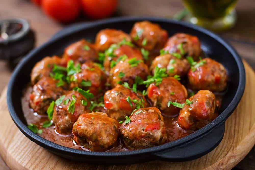 طبق كرات اللحم بالباربكيو وصينية البطاطس بالباشاميل سهل وخفيف