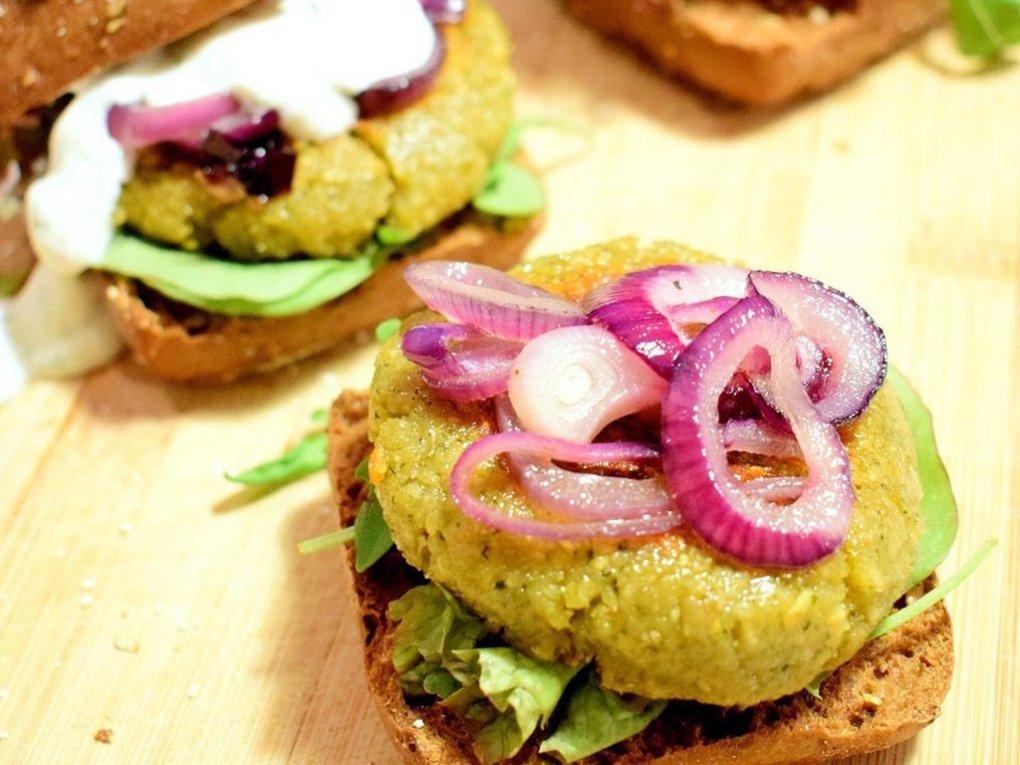 Falafel burger met een limoen dressing | Vegetarisch recept