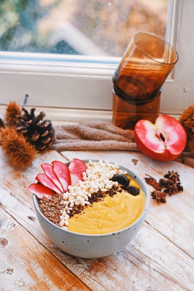 Pompoen smoothie bowl   Gezond ontbijt recept van Healthy Wanderlust