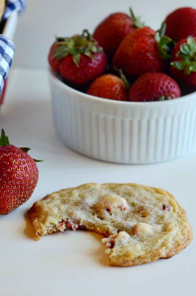 Strawberries 'n' Cream Cookies || HeathersDish.com