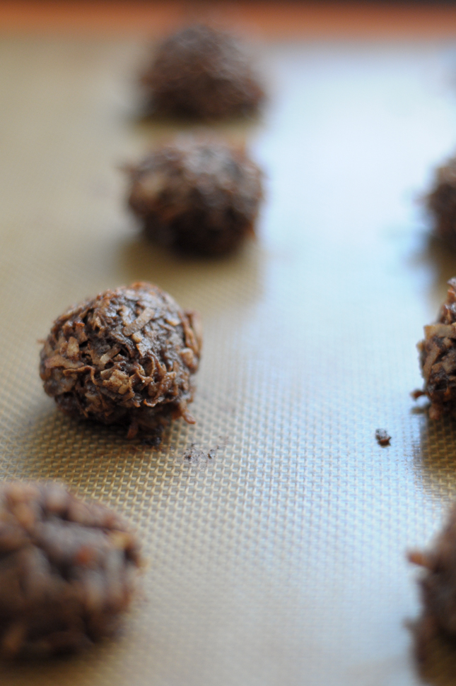 Chocolate Coconut Macaroons are a simple, no-frills but highly delicious cookie you can make in just a few minutes. Naturally #glutenfree, these cookies are great for entertaining!