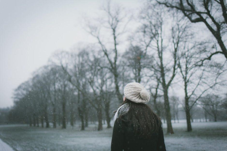yürüyen kız kış winter walking girl trees ağaçlar