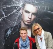 Hannes Oberbichler mit Hedi Grager stolz vor seinem Foto von Lizz Krobath (Foto Reinhard Sudy)