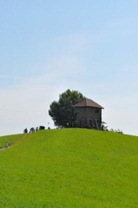 Auf dem Labitschberg in Gamlitz etwa wurde ein Vogelfängerhaus errichtet, das verblüffend echt aussieht, aber doch nur eine Kulisse für die Zeit um 1908 ist (Foto Reinhard Sudy)