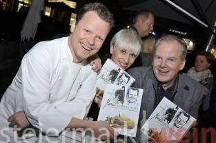 """Gerhard Fuchs, Tina Veit und Josef Krasser mit """"ihrem Buch"""" (Foto Apresvino)"""