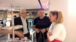 Stadtrat Gerhard Rüsch und Eberhard Schrempf (CIS) plauderten mit Marina Hoermanseder (Foto Hedi Grager)