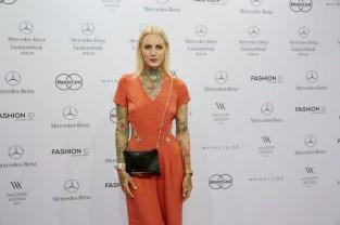 Tattoomodel Lexy Hell bei Designerin Lena Hoschek - Mercedes Benz Fashion Week Berlin 2015 (Foto Nicolas Beutler)