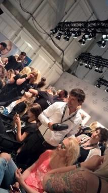 Hairstylist André Märtens frisiert Topmodel Franziska Knuppe für die Show von MINX (Foto Hedi Grager)