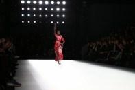 Model Nala Diagouraga lief für Anne Gorke auf der Mercedes-Benz Fashion Week Berlin (Photo by Andreas Rentz/Getty Images)