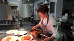 Astrid Krainer bei ihrer Lieblingstätigkeit: dem Kochen (Foto Hedi Grager)