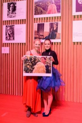 Schauspielerin und Kabarettistin Sigrid Spörk und Designerin Eva Poleschinski - Kalenderpräsentation Schloss Hartberg (Foto Felix Werinos)