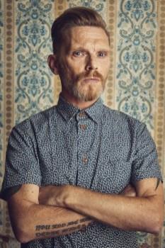Poster Boy of Anti-Kunst TOMAK trägt 'Dean' - ein Kurzarmhemd aus Lena Hoscheks limitierter Kollektion (Foto Philipp Jelenska)