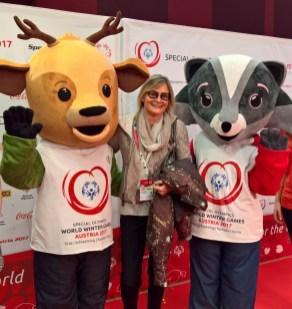 Journalistin und Bloggerin Hedi Grager mit den Special Olympics Maskottchen.