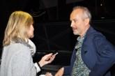 """Hedi Grager im Gespräch mit Erwin Wurm: """"Fußballgroßer Tonklumpen auf hellblauem Autodach"""" im Grazer Kunsthaus (Foto Reinhard Sudy)"""