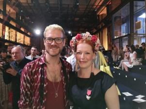 Lena Hoschek Show: Designer Thomas Kirchgrabner mit Enie van de Meiklokjes (Foto Hedi Grager)