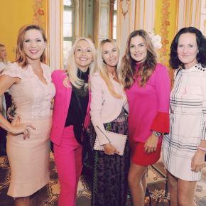 Uschi Pöttler umringt von erfolgreichen Frauen wie Johanna Setzer, Bettina Assinger und Eva Glawischnig (Foto privat)