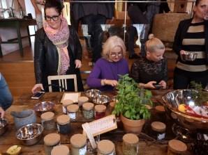 Den Medienleuten und Gästen machte das Kreieren eines eigenen Gin's großen Spaß. (Foto Hedi Grager)