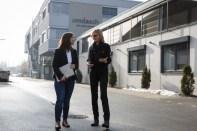 Michaela Schölnberger ist Technische Leiterin bei Umdasch The Store Makers. Hier im Gespräch mit Hedi Grager. (Foto Thomas Luef)